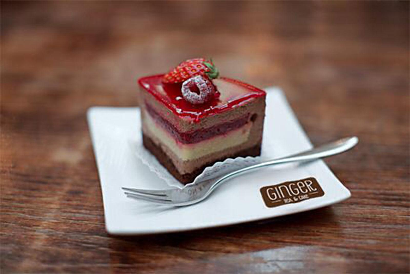 Fetta di torta ai frutti rossi servita al tavolo da Ginger a Trieste